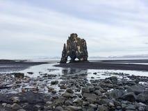 Hvitserkur, zwart zand, basaltstapel, IJsland Stock Afbeeldingen