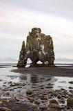 Hvitserkur, zwart zand, basaltstapel, IJsland Royalty-vrije Stock Afbeeldingen