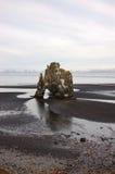 Hvitserkur, zwart zand, basaltstapel, IJsland Stock Foto