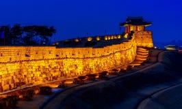 Hwaseong堡垒在晚上在水源 库存照片