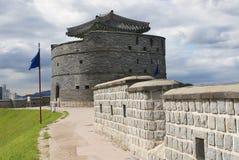 Hwaseong fästning ((den briljanta fästningen) den yttre väggen och tornet i Suwon, Sydkorea royaltyfria bilder
