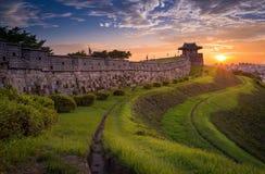 Hwaseong fästning i solnedgången, traditionell arkitektur Royaltyfria Bilder