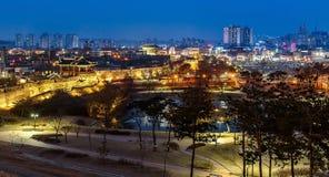 Hwaseong fästning på natten i Suwon, Royaltyfri Foto