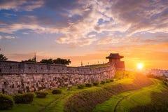 Hwaseong-Festung im Sonnenuntergang, traditionelle Architektur lizenzfreie stockfotografie