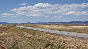 Hwy 191 a través de un Utah seco hacia el horizonte Fotografía de archivo