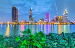 Hyacintsight i Ho Chi Minh City på natten Fotografering för Bildbyråer