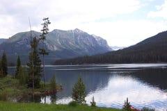 Hyalite Resevoir y montañas Imágenes de archivo libres de regalías
