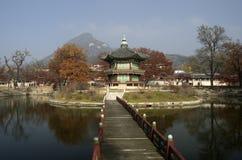 Hyangwonjeong bij Gyeongbokgung-Paleis Seoel Korea stock afbeelding