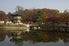 Hyangwonjeong på den Gyeongbokgung slotten Seoul Korea fotografering för bildbyråer