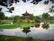 Hyangwonjeong paviljong, Gyeongbokgung, Seoul Royaltyfri Foto