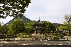 Hyangwonjeong paviljong på den Gyeongbokgung slotten i Seoul, södra K Royaltyfri Bild