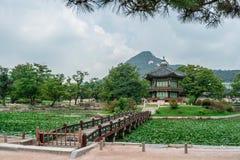Hyangwonjeong-Pavillon lizenzfreie stockfotos