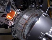 Hybrid- bilmotor med synliga spolar royaltyfri fotografi