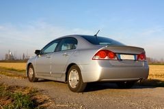 Hybride auto en raffinaderij royalty-vrije stock afbeelding