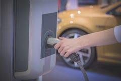 Hybride elektrisch voertuig het laden post stock fotografie