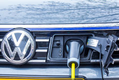 Hybride voertuig het laden batterij stock foto