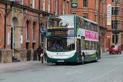Hybrider Stadtbus Stockbild