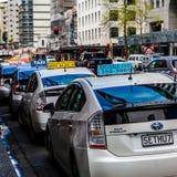 Hybrydowe taxi taksówki czeka na zwyczaj ulicy wschodzie zdjęcie stock