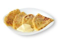 Hychiny con il piatto caucasico popolare della panna acida su fondo bianco Fotografia Stock