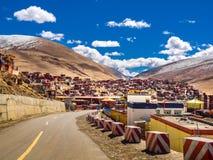 Hyddor för buddistiska munkar och nunnor på tibetana Yarchen Gar Monast Arkivbild