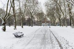 Hyde park som täckas i snow med den Albert minnesmärken i bakgrunden Arkivfoton