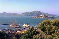 Hyde Street Pier- und Alcatraz-Insel in San Francisco Bay, Kalifornien stockfoto