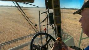 HYDEN, ΔΥΤΙΚΉ ΑΥΣΤΡΑΛΊΑ, ΑΥΣΤΡΑΛΊΑ 4 ΝΟΕΜΒΡΊΟΥ 2015: α μέσα στην άποψη αμαξιών ενός αγρότη που οδηγεί μια θεριστική μηχανή σε ένα στοκ εικόνα με δικαίωμα ελεύθερης χρήσης