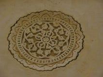 Hyderabad, Índia - 1º de janeiro de 2009 motivo circular antigo da forma da flor nas paredes no forte de Golconda Fotografia de Stock Royalty Free