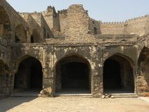 Hyderabad, Ινδία - 1 Ιανουαρίου 2009 πέτρινες καταστροφές αψίδων του οχυρού Golconda Στοκ Εικόνες