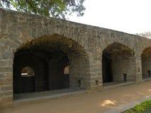 Hyderabad, Ινδία - 1 Ιανουαρίου 2009 πέτρινες πύλες αψίδων στο οχυρό Golconda Στοκ Φωτογραφίες