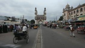Hyderabad, Andhra: Verkeer dichtbij Klusje Minar in de avond op 15 September 2011 stock videobeelden