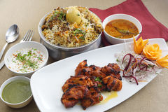 Hyderabad-Huhn-biryani mit Hühnerkebabs stockbilder