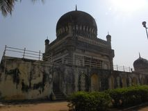 Hyderabad, India - Januari 1, 2009 die graven van Qutb Shahi dichtbij Golkonda-Fort worden gevestigd Stock Foto's