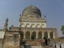 Hyderabad, India - 1 Januari, 2009 die graven van Qutb Shahi dichtbij Golkonda-Fort worden gevestigd, elk graf bevat een crypt Stock Fotografie