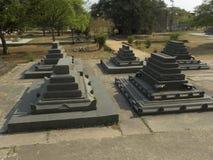 Hyderabad, India - Januari 1, 2009 Oude graven op het platform dichtbij de Graven van Qutb Shahi Stock Foto's
