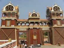 Hyderabad India, Styczeń, - 1, 2009 Kolorowej Eureka rozrywki budynku drewniana struktura przy Ramoji filmu miastem obrazy stock