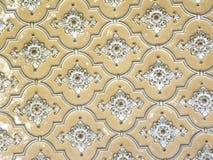 Hyderabad, Indien - Januari 1, 2009 forntida vita blom- motiv och designer på väggar på den Chowmahalla slotten Arkivbild