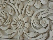 Hyderabad Indien - Januari 1, 2009 forntida vita blom- stenmotiv på väggarna på den Chowmahalla slotten Royaltyfri Bild