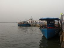 Hyderabad Indien - Januari 1, 2009 rodd på Hussain Sagar Lake arkivfoton