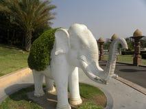 Hyderabad Indien - Januari 1, 2009 vit färgstaty av elefanten på den Ramoji filmstaden Fotografering för Bildbyråer