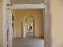 Hyderabad Indien - Januari 1, 2009 vita färgdörrar på Chowmahalla PA Royaltyfri Fotografi