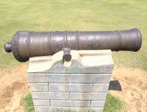 Hyderabad, la India - 1 de enero de 2009 cañón aherrumbrado antiguo del hierro en el fuerte de Golconda Foto de archivo