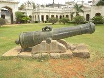 Hyderabad, la India - 1 de enero de 2009 cañón negro antiguo del metal fuera del palacio de Chowmahalla Fotografía de archivo