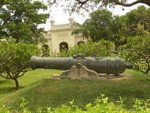 Hyderabad, la India - 1 de enero de 2009 cañón negro antiguo del metal fuera del palacio de Chowmahalla en el jardín Foto de archivo libre de regalías