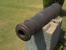 Hyderabad, la India - 1 de enero de 2009 el color marrón antiguo aherrumbró cañón del hierro en el fuerte de Golconda Fotografía de archivo libre de regalías