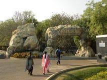 Hyderabad, la India - 1 de enero de 2009 la entrada de un hombre hizo la cueva en la ciudad de la película de Ramoji Fotos de archivo libres de regalías