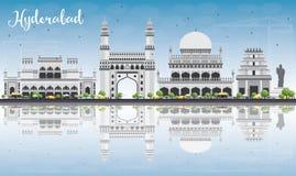 Hyderabad linia horyzontu z Szarymi punktami zwrotnymi, niebieskim niebem i odbiciami, Obraz Stock