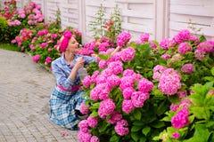 hydrangea De lente en de Zomer Bloem zorg en het water geven gronden en meststoffen vrouwenzorg van bloemen in tuin gelukkig royalty-vrije stock afbeeldingen
