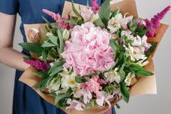 Hydrangea hortensia rijk boeket Uitstekende floristische achtergrond, kleurrijke rozen, antieke schaar en een kabel op een oude h stock afbeelding