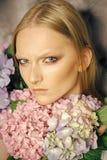 Hydrangeas στο σαλόνι ομορφιάς Νέο πρόσωπο γυναικών ομορφιάς με τα ξανθά μαλλιά και το hydrangea στοκ εικόνες με δικαίωμα ελεύθερης χρήσης